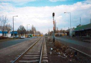 1. az Andor utcai kitérő bejárati jelzője a Fehérvári úti keresztezés előtt 1995-ben, háttérben UV villamosokkal.