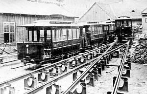 Az első villamoskocsik a Baross kocsiszínben, még a forgalom megindulása előtt